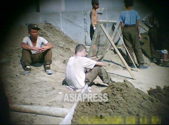 兵士たちは一様に痩せていて元気がない。腹が減って力が入らないように見える。撮影ク・グァンホ(アジアプレス)