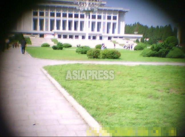 補修工事中の4.25文化会館。人民武力部が運営する。撮影ク・グァンホ(アジアプレス)
