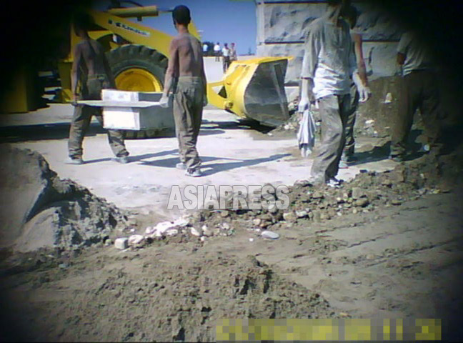 もっこやシャベルなど人力で砂やセメントを運んでいた。撮影ク・グァンホ(アジアプレス)