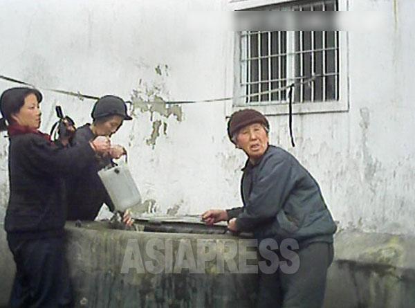 国民の大半が清潔な水や電気の供給を受けられなくなった。水道が出ないためアパートの住民たちが専用井戸で水を汲んでいる。2013年3月平安南道平城市にてペク・ヒャン撮影(アジアプレス)