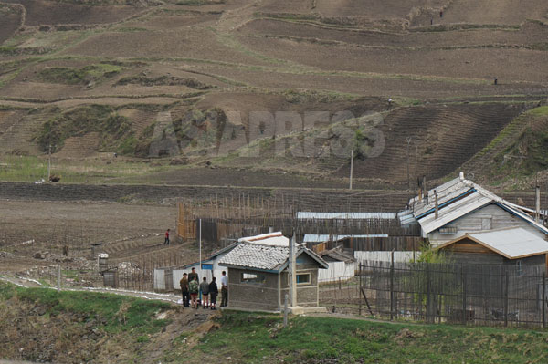 国境警備隊に検束された少年たち。脱北防止のため朝中国境は厳戒態勢が続いている。