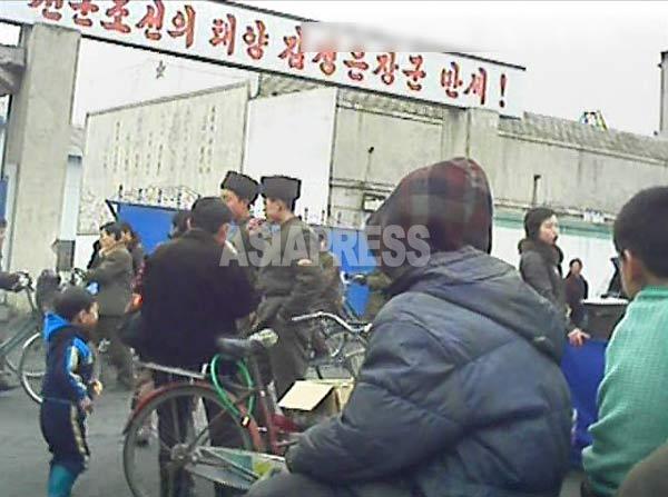 今、北朝鮮国内は金正恩偶像化スローガンだらけだ。写真は「先軍朝鮮の太陽金正恩万歳」。2013年3月平安南道平城市にて撮影(アジアプレス)