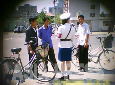 交差点で検挙された3人は自転車の乗り方に問題があったようだ。最初に身分証を取り上げられるため、下手に抵抗すると長く留め置かれることになるので、大体従順だという。 (アジアプレス)