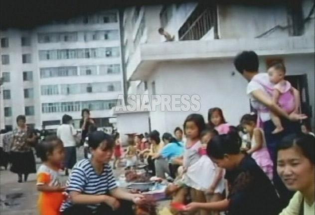 平壌市中心部の楽浪区域のアパート街は、まるで市場のように賑わっていた。食べ物を売る露店が多い。2007年 8月撮影リ・ジュン(アジアプレス)