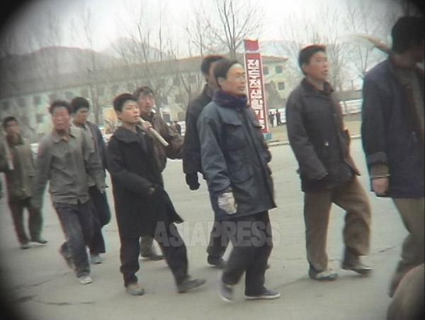 隊列を組んで労働現場に向かわされる労働鍛錬隊の収容者。咸鏡北道でリ・ジュン撮影