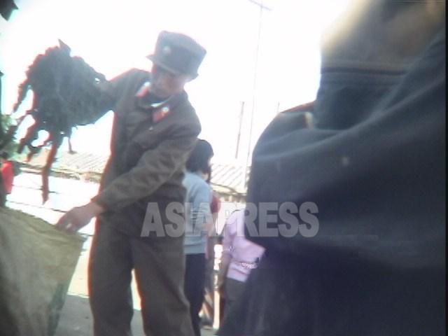 ワカメを売って来いと上官に命令された下級兵士。2006年8月清津市にて撮影ペク・ヒャン(アジアプレス)