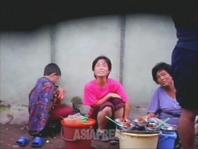 露店で冷麺を売っている女性たち.2007年8月下旬平壌市楽浪(ランラン)市場 入り口付近で 撮影:リ・ジュン