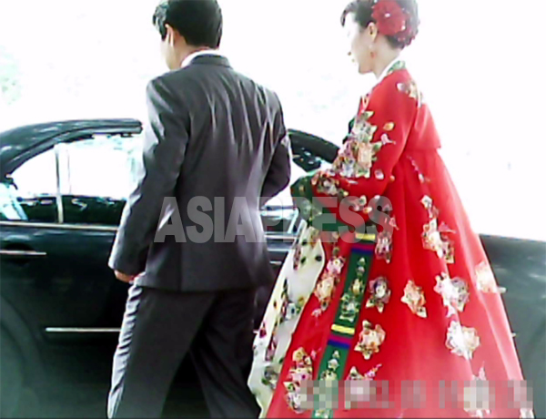 結婚記念撮影を終えてベンツに乗り込むカップル。2011年6月平壌市大城区域にて、撮影ク・グァンホ撮影(アジアプレス)