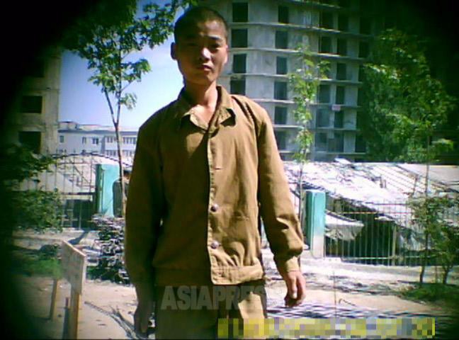動員された青年組織の「突撃隊」の若者。建設の素人がかき集められ突貫工事に投入される。ほぼただ働きだ。撮影ク・グァンホ(アジアプレス)