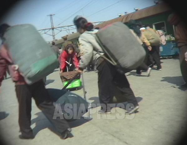 特大リュックを背負って列車に急ぐ。2005年6月咸鏡南道の咸興駅にて撮影 リ・ジュン(アジアプレス)