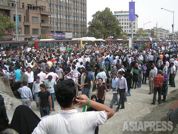 パレスチナへの支持と反米、反イスラエルを世界に呼びかけるため、パレードや催しが行われるイランの国民的記念日「世界ゴッツの日」。大統領選挙後に騒乱が起きた2009年は改革派がカウンターデモを行い、緊迫した空気が流れた。写真は、バスターミナルを占拠して気勢を上げる改革派(撮影筆者)