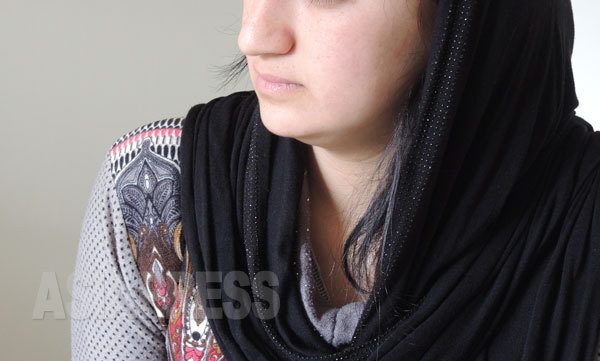 IS戦闘員と強制結婚させられたヤズディ女性サリマ(19・仮名)。拉致された時は17歳。毎日のように「夫」から暴行を受けたと言う。(ドイツにて4月撮影・玉本英子)