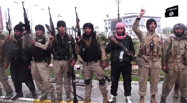ISはシンジャル一帯を制圧後、1年半あまりに渡り町を支配。クルド勢力との攻防の末、シンジャルの町はクルド側が奪還したが、近郊では今も激しい戦闘が続く。写真はシンジャル市内のIS戦闘員。(IS映像)