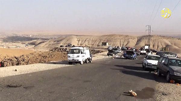 2014年8月、ISはシンジャルを襲撃。ヤズディ住民は、安全なクルド自治区に逃れようとしたが、戦闘員らは自治区へつながる幹線道を封鎖した。途中で殺害されたヤズディ教徒も少なくない。写真はシンジャル山へ徒歩で逃れた住民たちが乗り捨てた車。(IS映像)