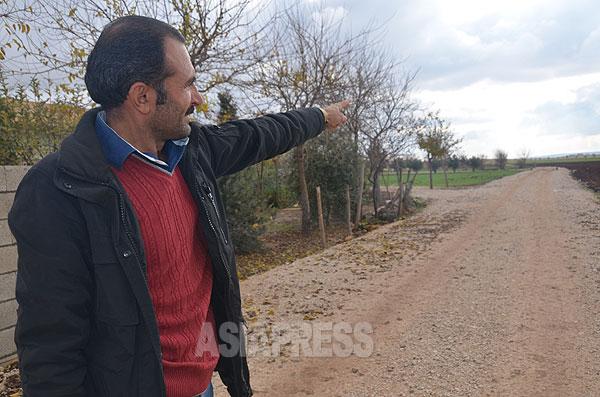シリア・マンビジからトルコに逃げてきたベカル・アハメッドさん。この道路のすぐ先はシリア国境。クルド組織とISとの激しい戦闘が続いていた。(2014年12月撮影)