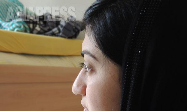 拉致されたヤズディ女性サリマ(18歳・仮名)は戦闘員の「第二夫人」として家に監禁された。ヤズディ教は悪魔を崇拝していると何度も責められたという。(ドイツにて4月撮影・玉本英子)