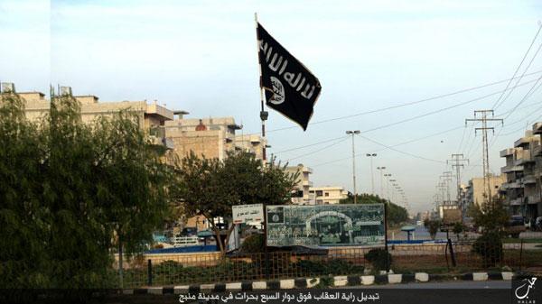シリア北部に位置するマンビジの町。ISが制圧すると町に黒い旗をたててまわり、独自解釈した「イスラム法」を布告し、力による統治をはじめた。(2015年IS写真)