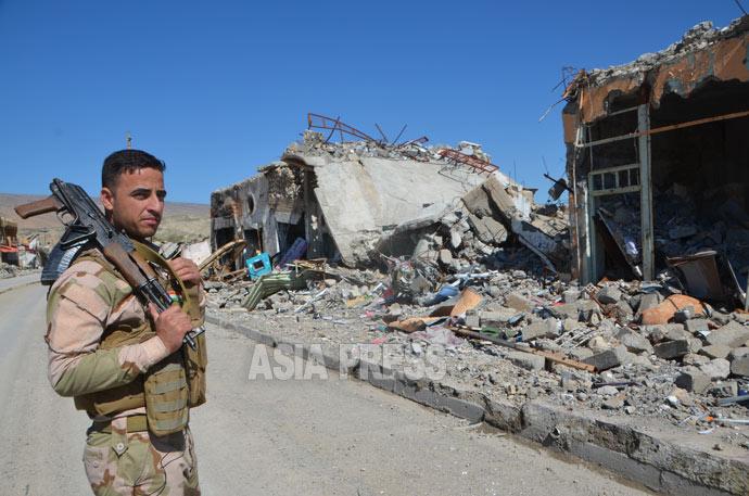 3年半ぶりに取材したシンジャルの中心部。ISが拠点としていた建物は、米軍の空爆で破壊された。現在、ヤズディ教徒の治安部隊が町を防衛する。(2016年3月撮影:玉本)