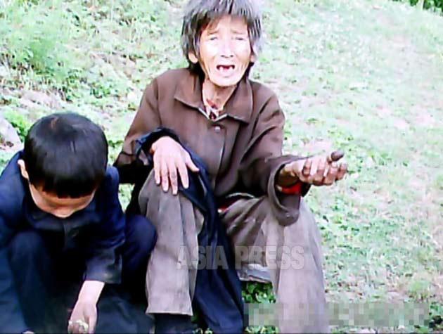 食べさせられないと、娘の夫から追い出され孫と山中の防空壕跡で暮らしていた老婆。2011年6月平壌市郊外にて撮影ク・グァンホ(アジアプレス)