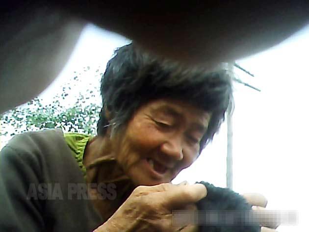 家を失ったのか追い出されたのかは不明だが、涙ながらに窮状を訴えた老婆。2013年6月ある地方都市で撮影(アジアプレス)。