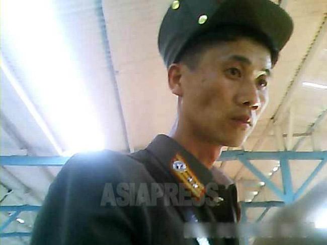 市場で買い物をする痩せた軍人は将校だった。2013年8月両江道恵山市にて撮影(アジアプレス)