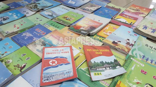 <北朝鮮写真報告>最新の中高校教科書75冊を入手  全科目で金正恩氏偶像化の記述 愛らしい表紙も(写真6枚)