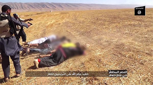 2014年8月、ISはシンジャル一帯を制圧すると、殺戮が相次いだ。ある村では500人が殺された。写真は戦闘員がヤズディ住民を射殺する様子。「不信仰者・ヤズディ教徒に対するアッラーの審判」としてISが公開したもの。(IS映像)