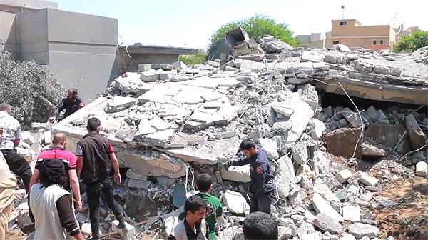 米軍などの有志連合はISの重要拠点の多いモスルに空爆を続けている。戦闘員の妻や奴隷として行動させられているヤズディ女性も巻き添えで死んでいる可能性もある。写真は空爆で破壊された建物としてISが公開したもの。(IS映像)