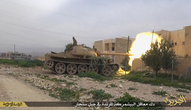 【IS】シンジャルを制圧したISは、奪還を目指すクルド側勢力と攻防を続けている。写真はイラク軍から奪った戦車でクルド・ペシュメルガ陣地に砲撃を加えるIS部隊。(2015年3月・シンジャル近郊・IS写真)