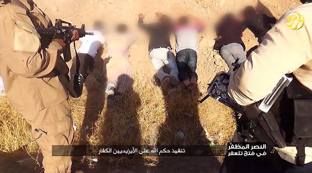 【IS】2014年8月、シンジャル一帯の町や村を襲撃したISは、ヤズディ教徒の自警団をまず制圧。その後、住民に改宗を強制し、受け入れなかった者や見せしめに殺戮をはじめた。IS宣伝映像では、「アッラーの審判を不信仰者ヤズディに下す」とある。※一部をぼかしています(IS映像)