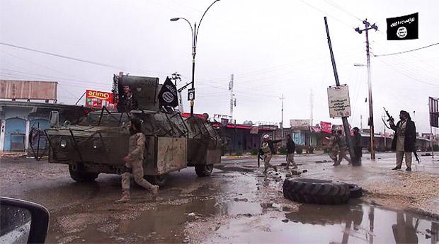 【IS】シンジャル中心部の大通りを走るIS装甲車。ISはシンジャルを制圧すると、町の拠点化をはかった。(IS映像)