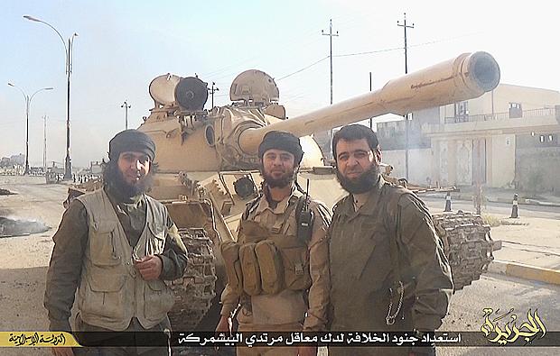 【IS】シンジャル近郊で、クルド・ペシュメルガ部隊と対峙する戦車部隊のIS戦闘員。大量の重火器、兵器をシンジャル戦線に投入できたのは、2014年6月のモスル制圧でイラク軍から強奪した最新兵器や豊富な弾薬があったことも背景となっている。(2015年2月・シンジャル近郊・IS写真)