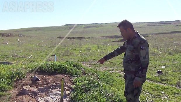 シンジャル近郊ではいくつも住民虐殺が起きた。そのひとつハルダン村を訪れた。この現場一帯で500人が殺されたという。遺体はそのまま放置されていたが、戦闘が続いていたため、墓に埋葬することもできず、この時も土を盛っただけだった。(2016年3月撮影・玉本英子)