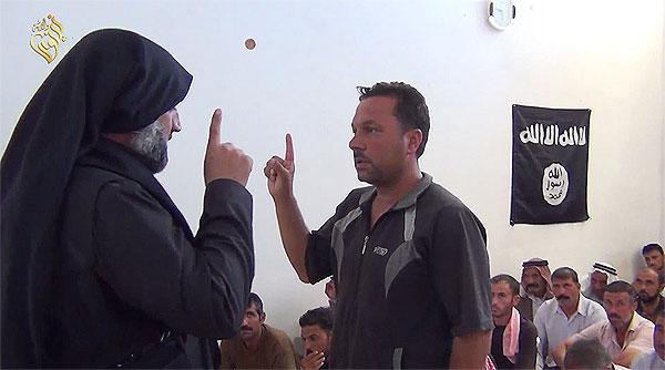 2014年8月、シンジャル一帯を襲撃したISは住民を男女に分けた。男にはイスラムへの改宗を迫り、女や子どもはシリアなどに連行した。IS宣伝映像ではイスラムを受け入れたヤズディ男性が戦闘員の指示で「アッラーの他に神はなし」と唱える様子が映し出される。(IS映像)