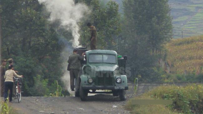 エンコした木炭車を修理する兵士たち。木炭車は相当な数が現在も軍の輸送車両として使われている。2008年8月平壌市郊外にて撮影チャン・ジョンギル(アジアプレス)
