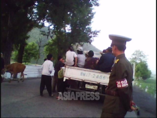 この「サービ車」(乗合トラック)の保安署が貸し出したもの。2010年6月平安南道にて撮影キム・ドンチョル(アジアプレス)