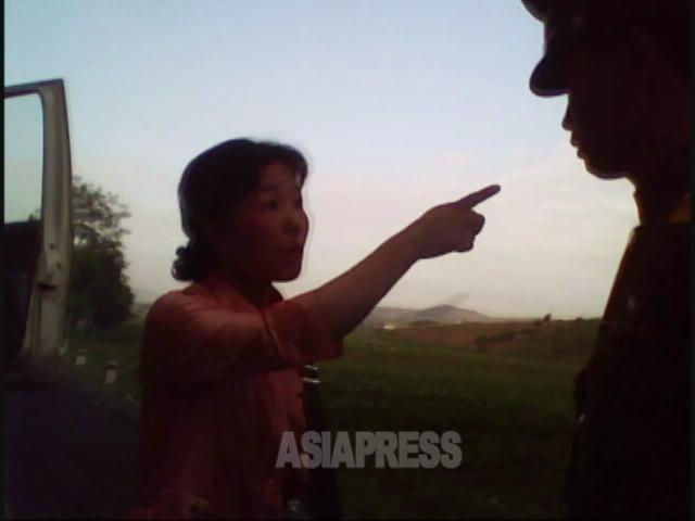 警官を指さし罵る女性。2010年6月平安南道にて撮影キム・ドンチョル(アジアプレス)