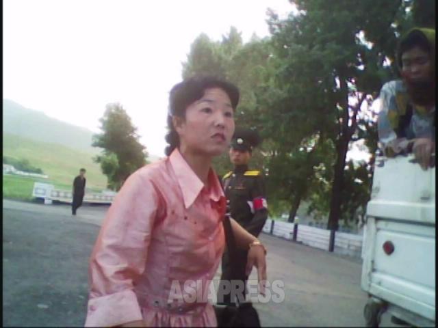 運営者の女性が警官に大声で抗議した後、仲間のところに向かう。2010年6月平安南道にて撮影キム・ドンチョル(アジアプレス)