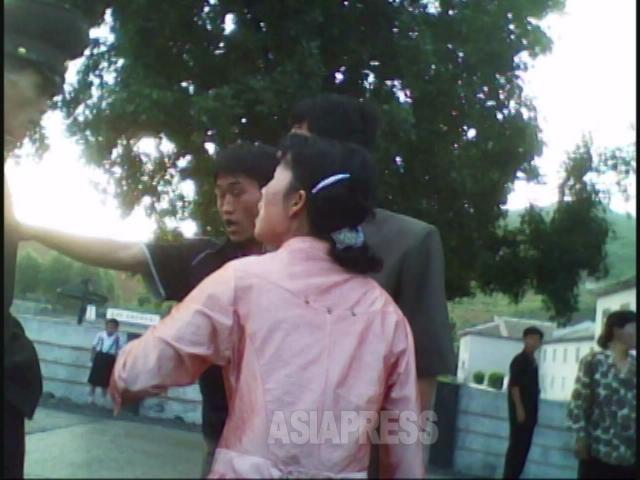 女性たちが「警察はそんなに偉いのか」「ばか野郎」と罵声を浴びせると、警官は後ずさりした後退散してしまった。2010年6月平安南道にて撮影キム・ドンチョル(アジアプレス)