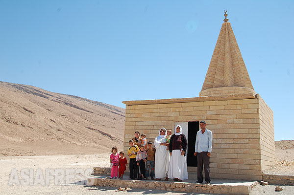 シンジャル山にあるヤズディ教の聖塔コッブ。聖人や名士が祀られていて、ヤズディ教徒の町や村にはこの塔がある。ゾロアスター教に通じるといわれるが、キリスト教徒やイスラム教などの影響も受けている。(2011年撮影・玉本英子)