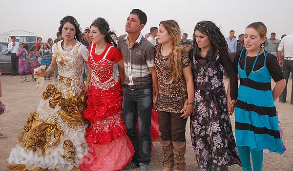 ヤズディ教徒の母語はクルド語。アラブ人やクルド人のイスラム教徒と隣り合わせのコミュニティで暮らしてきた。写真は結婚式の集まりで踊る人びと。(2012年撮影・玉本英子)