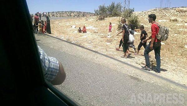 シンジャル一帯が制圧され、一部の地域で殺戮が始まるなか、住民の脱出が相次いだ。多くはクルド地域を目指したが、道をふさがれた者はシンジャル山を目指すしかなかった。人びとは車や徒歩で山を目指した。(住民が携帯電話で撮影)