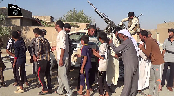 ISに制圧された町では、男と女に分けられ、男はイスラムへの改宗を迫られた。見せしめで処刑も行なわれた。バスで別の町に移送された住民もいる。一方、女性や子どもは戦利品や奴隷としてIS支配地域へ連れて行かれた。(IS映像)