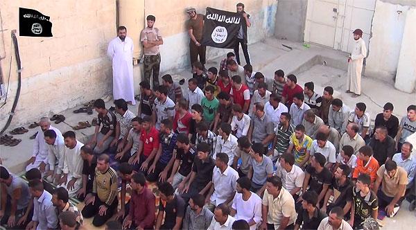 「イスラムに改宗した元ヤズディ教徒」とし、礼拝の様子を伝えるIS映像。一部の部族は住民を守るために改宗を受け入れた。ISは宣伝映像で改宗した住民に手厚く接していることを強調。銃を突きつけて改宗させたことには触れていない。(IS映像)