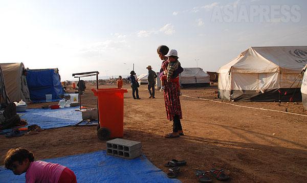 【シリア北東部】シリアへの避難住民は1 万におよんだ。人道機関がテントや食料を緊急配布したが、物資は不足し、避難民は厳しい状況に直面した。(2014年9月撮影・玉本英子)