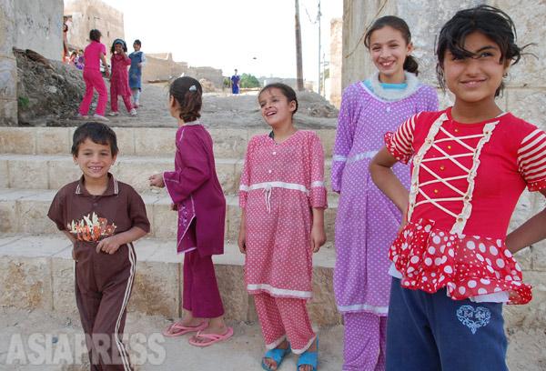 IS襲撃前の2011年、シンジャル取材時に撮影したヤズディの子どもたち。ISは幼い女児まで連行し、強制結婚を強いた上、仲間内で転売までしている。(イラク北西部シンジャル:2011年撮影・玉本英子)
