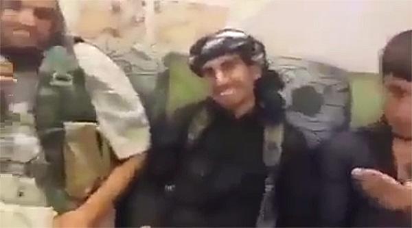 IS戦闘員がヤズディ女性を買う話をしているとされる映像。携帯電話で撮影したものと思われ、「ヤズディ少女を買えるなら、何百ドルでも払うぜ」と話す。拉致女性が売買の対象とされ、とくに少女に高額な値段がつけられているのがわかる。