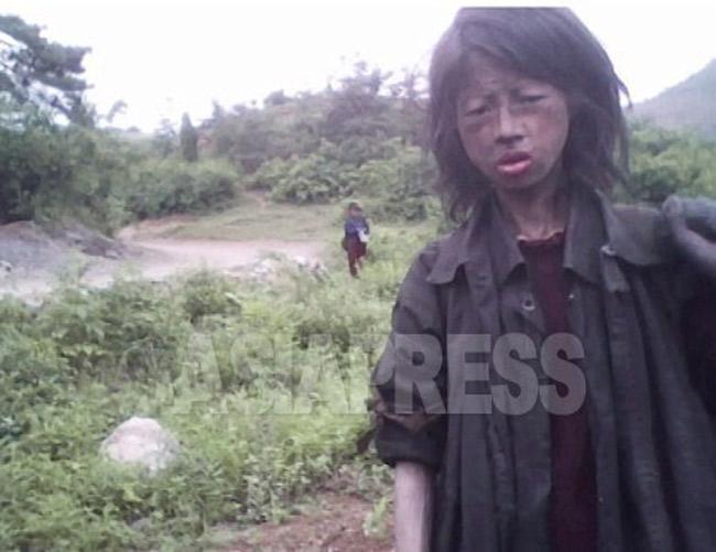 23歳のホームレス女性。経済混乱で両親を亡 くし畑を彷徨っていた。撮影から3カ月後に亡 くなった。2010年7月平安南道で撮影キム・ド ンチョル(アジアプレス)