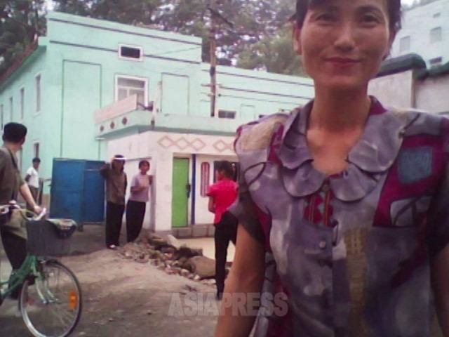 「ドルか中国元を持ってない?」闇の両替商の女性がニコニコしながら寄って来た。2010年6月平安南道にて撮影キム・ドンチョル(アジアプレス)