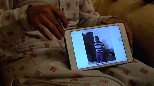 父親が示したタブレットの中にあった息子サミーの写真。撮影宮崎紀秀